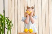 Весенняя детская фотосессия с лимонами и цветами в фотостудии
