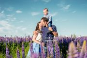 Семейная фотосессия в цветущих люпинах в Кирове