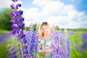 Фотосессия девушки летом в цветущих люпинах
